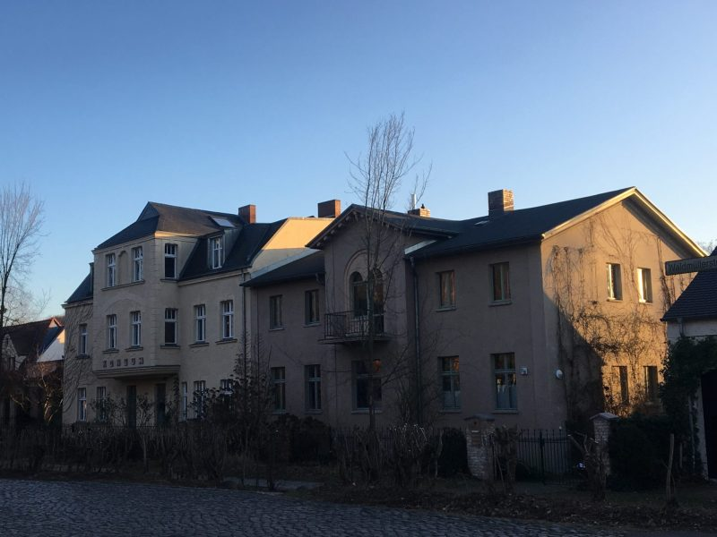 """The inscription """"Konsum"""" from GDR times is still to be seen on this house next to the patrol bridge."""
